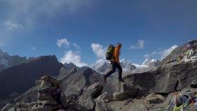 De kerel reist in de Himalayan-bergen stock video