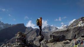De kerel reist in de Himalayan-bergen stock footage