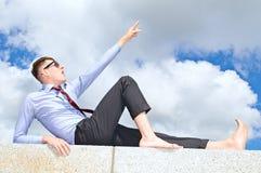De kerel richt zijn vinger in de richting aan de bovenkant Royalty-vrije Stock Fotografie