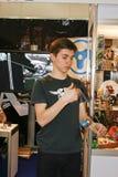 De kerel speelt de jojo Royalty-vrije Stock Afbeelding