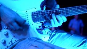 De kerel speelt solo een langzame gitaar stock videobeelden
