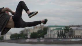 De kerel springt en doet een salto mortale stock footage