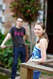 De kerel van minnaars en een meisje voor gang Stock Foto