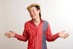 De kerel van Unsured met gouden kapsel in het rode overhemd Stock Foto