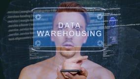 De kerel werkt HUD-hologramdata warehousing op elkaar in stock video