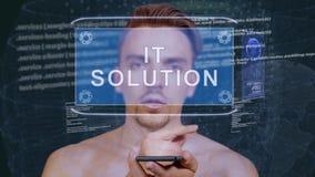 De kerel werkt HUD-hologramit oplossing op elkaar in stock video