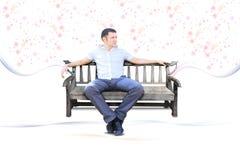 De kerel zit op geïsoleerdek parkbank Stock Foto's
