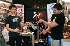 De kerels spelen de jojo Royalty-vrije Stock Afbeeldingen