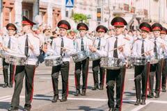 De kerelskadetten in witte overhemden met trommels in Victory Day paraderen royalty-vrije stock afbeelding