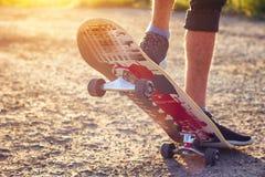 De kereltribunes op een skateboard is op weg het mooie stemmen stock afbeelding