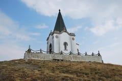 De kerk die op de piek van Kajmakchalan, plaats van een WWI-slag is Stock Afbeeldingen