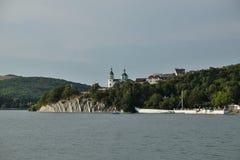 De Kerk door het meer Abrau stock foto