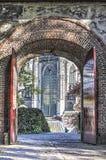 De kerk door de kasteelpoort die wordt gezien stock foto's