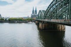 De kerk en de brug van Keulen Duitsland stock afbeeldingen