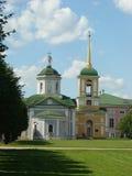De kerk en de klokketoren van het huis Stock Foto