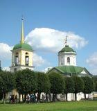 De kerk en de klokketoren van het huis Stock Fotografie