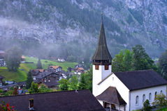 De kerk en de ochtendmist, lauterbrunnen Stock Foto
