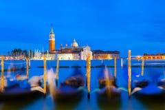 De kerk en de gondels van San Giorgio Maggiore in Venetië, Italië tijdens blauwe uurzonsopgang Nadruk op de kerk stock afbeeldingen