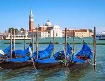 De kerk en de gondels van San Giorgio Maggiore in Venetië, Italië Vaporetto en watervervoerschepen De dag van de Beautidulzomer m royalty-vrije stock foto
