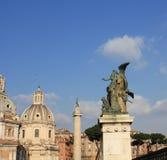 De kerk en het standbeeld van Santa Maria di Loreto voor Nationaal Monument van Victor Emmanuel II, Rome, Italië stock fotografie