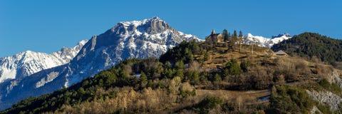 De kerk en Pic Morgon in de Winter, Alpen, Frankrijk van het Montgardindorp Royalty-vrije Stock Afbeeldingen