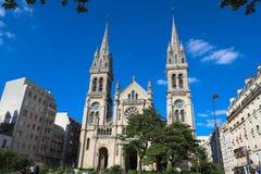 De kerk heilige-Ambroise stijgt in blauwe hemel in Frans hoofdparijs royalty-vrije stock afbeelding