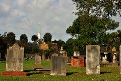 De kerk let op het kerkhof Stock Foto's