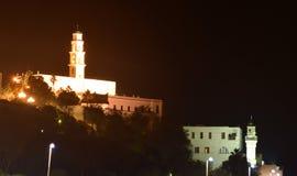 De kerk litten omhoog bij donkere nacht Stock Afbeeldingen