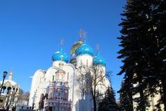 De Kerk met blauwe koepels royalty-vrije stock foto