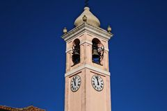 de kerk met de klok royalty-vrije stock afbeeldingen