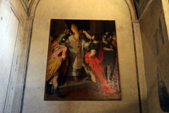 De kerk Milaan, Milaan, heilige van basilieksant'ambrogio ambrose houdt keizertheodosius bij de poorten van de basiliek tegen Royalty-vrije Stock Fotografie