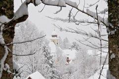 De kerk reframed van sneeuw behandelde bosbomen Royalty-vrije Stock Foto