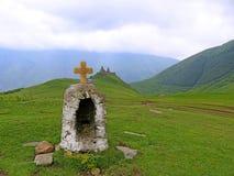 De Kerk of Tsminda Sameba van de Gergetidrievuldigheid dichtbij dorp Stepantsmi Stock Foto