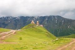 De Kerk of Tsminda Sameba van de Gergetidrievuldigheid - Heilige Drievuldigheidskerk dichtbij Dorp van Gergeti in Georgië royalty-vrije stock afbeeldingen