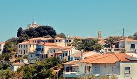 De kerk van Agiatriada boven de stad van Paleo Karlovasi, Samos, Griekenland Stock Foto