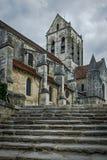 De Kerk van Auvers sur Oise, Mening bij de bodem van de trap Stock Afbeelding