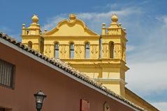Koloniale kerk met klokketoren in Mexico stock foto's