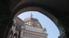 De kerk van Cappellacolleoni die van de Palazzo-arcade van dellaragione wordt gezien stock footage
