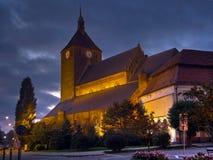 De kerk van Darlowo bij nacht Royalty-vrije Stock Fotografie