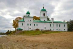 De kerk van de Aartsdiaken Stephan op het Verlosserklooster van Mirozh, bewolkte September-dag Pskov, Rusland Royalty-vrije Stock Foto