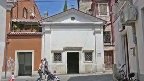 De kerk van de heilige drievuldigheid in Koper, Slovenië stock footage