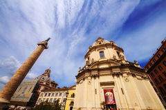 30 04 2016 - De Kerk van de heiligste naam van Mary (Chiesa del Santissimo Nome Di Maria) en Trajan-Kolom in Rome Royalty-vrije Stock Foto