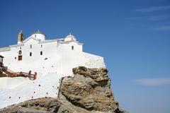 De kerk van de heuveltop in Skopelos stock afbeeldingen