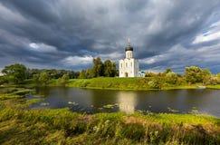 De Kerk van de Interventie van de Vergine Santa op Nerl Ri Stock Foto