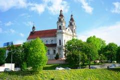 De kerk van de Vilniusaartsengel op de raadsrivier Neris royalty-vrije stock fotografie
