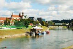 De kerk van de Vilniusaartsengel op de raadsrivier Neris litouwen Royalty-vrije Stock Afbeeldingen