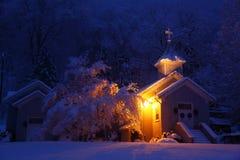 De kerk van de winter bij nacht Stock Afbeeldingen