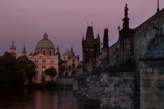 De Kerk van Francis van Assisi samen met Charles Bridge Royalty-vrije Stock Fotografie