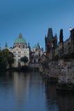 De Kerk van Francis van Assisi samen met Charles Bridge Stock Foto's