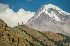De Kerk van de Gergetidrievuldigheid en zet Kazbek in Georgië op Royalty-vrije Stock Foto